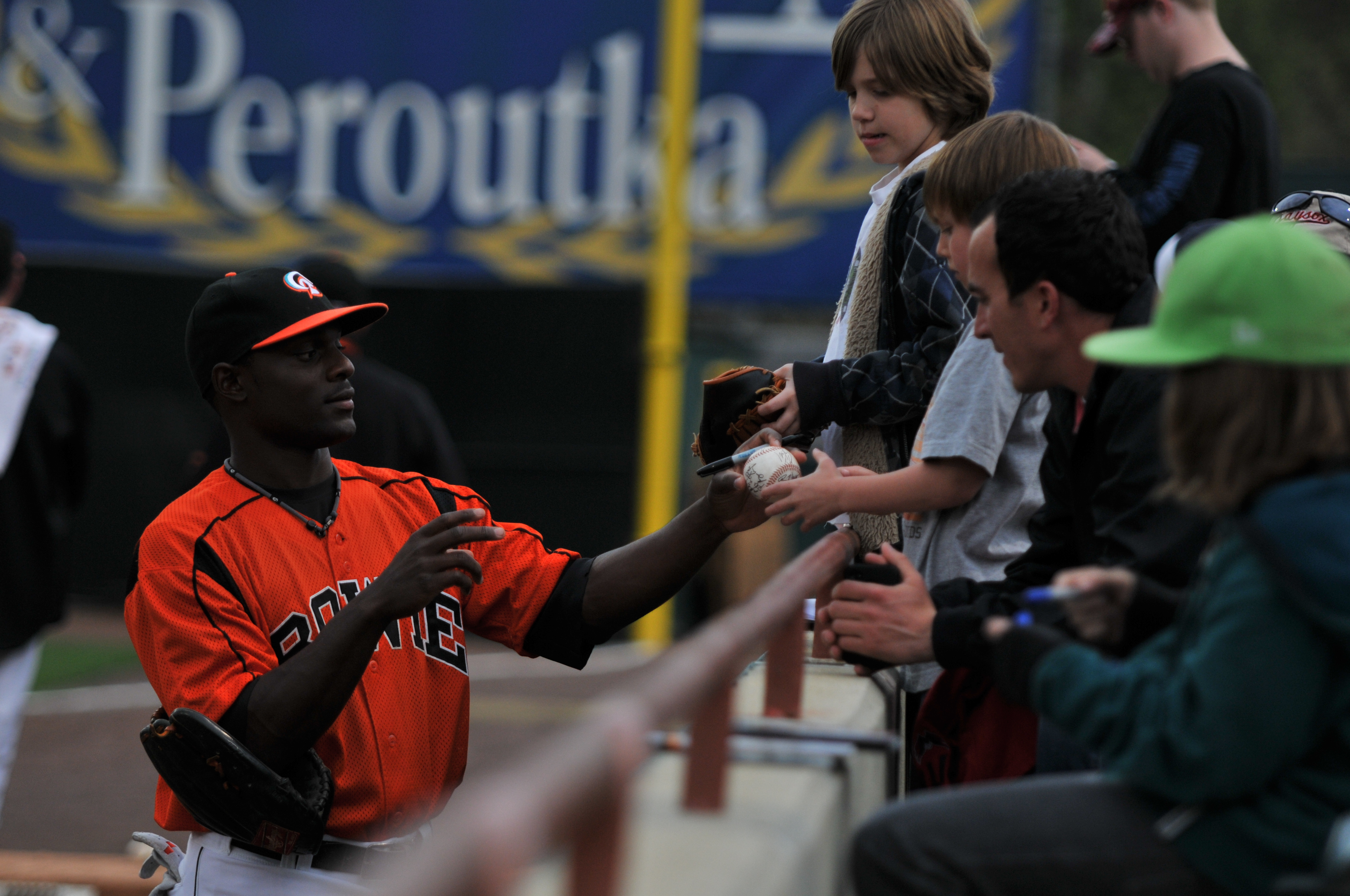 Fans_getting_autographs_from_Bowie_Baysox_player