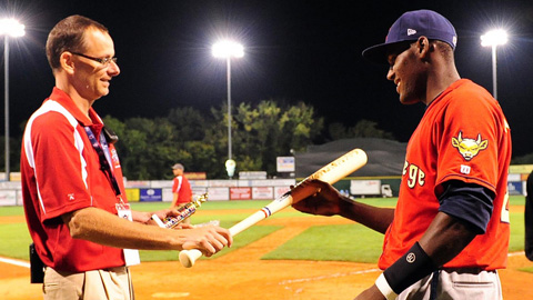 Spinners president Tim Bawmann awards Top Star Samuel Gonzalez.