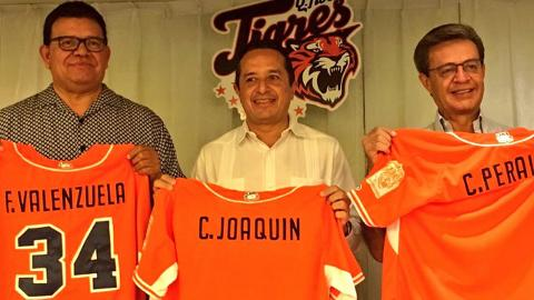 Fernando Valenzuela, Cancun governor Carlos Joaquin González and ex-owner Carlos Peralta talk deal.