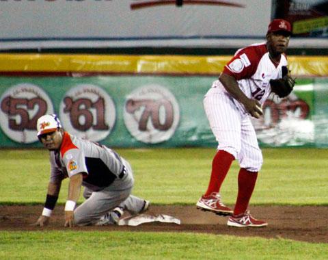 Contreras, de Tigres, se desliza en la intermedia.